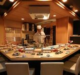【天婦羅処】天ぷらカウンター席は2名様~9名様までご利用いただけます。ミュシュラン取得した専属の職人が目の前で丁寧に揚げていきます楽しむ旬の天婦羅懐石コース贅沢なひとときをお過ごしくださいませ。