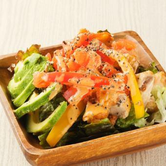 ケイジャンチキンとたっぷり野菜のコブサラダ