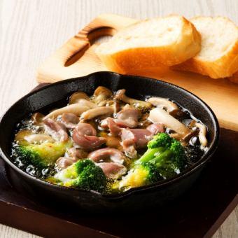 砂肝と季節野菜のアヒージョ