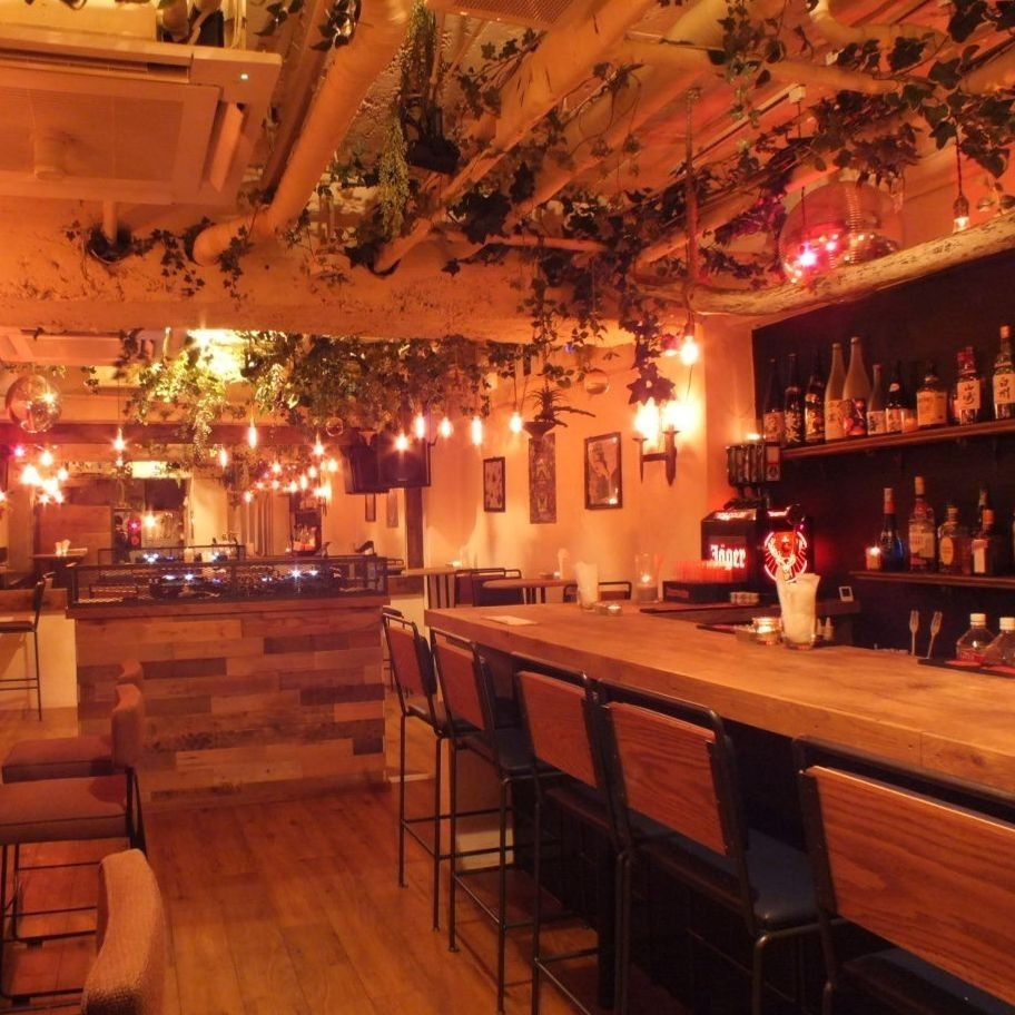 It is a counter seat where the conversation with the staff is bouncing ♪ warmly welcomed by Saku drinkers and even one person ◎