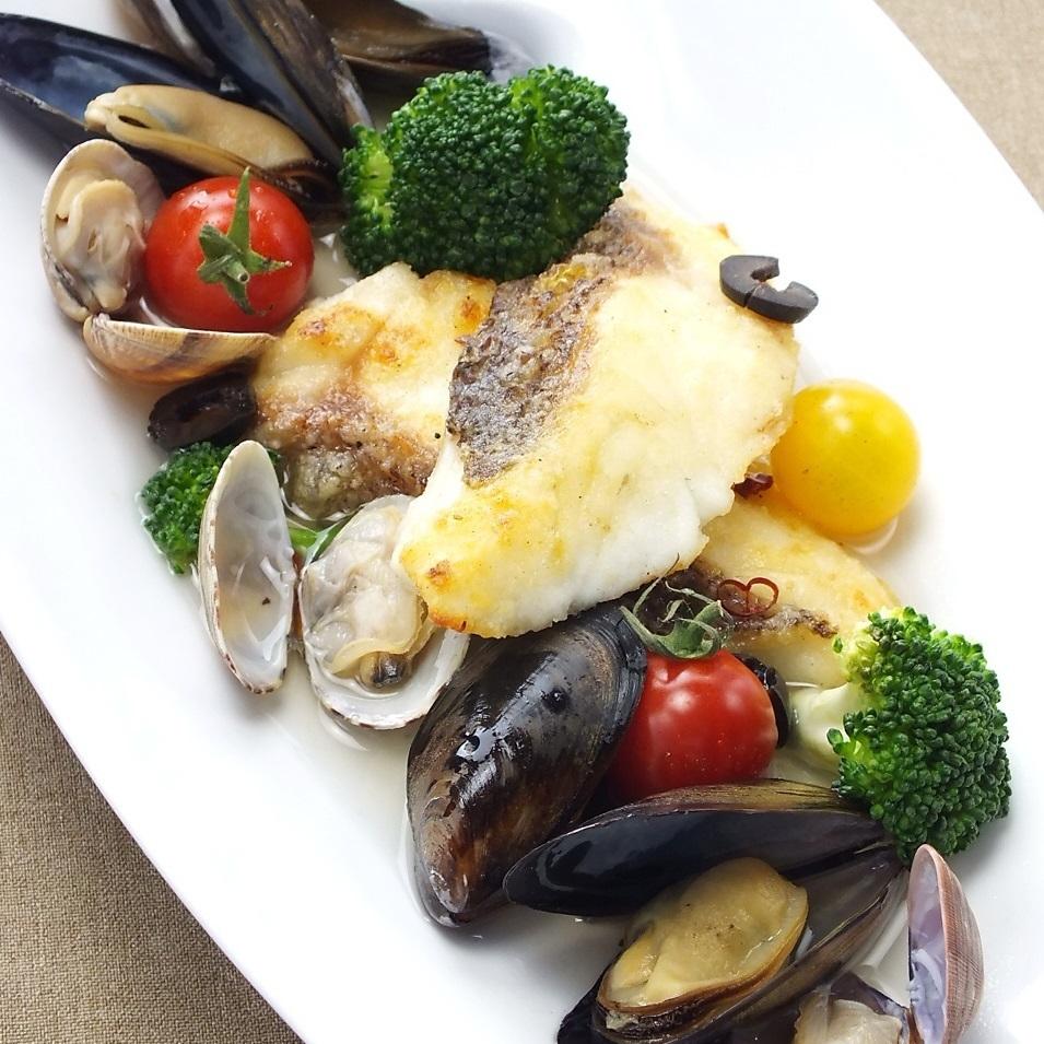 新鮮的淡菜和鮮魚Aquapazza
