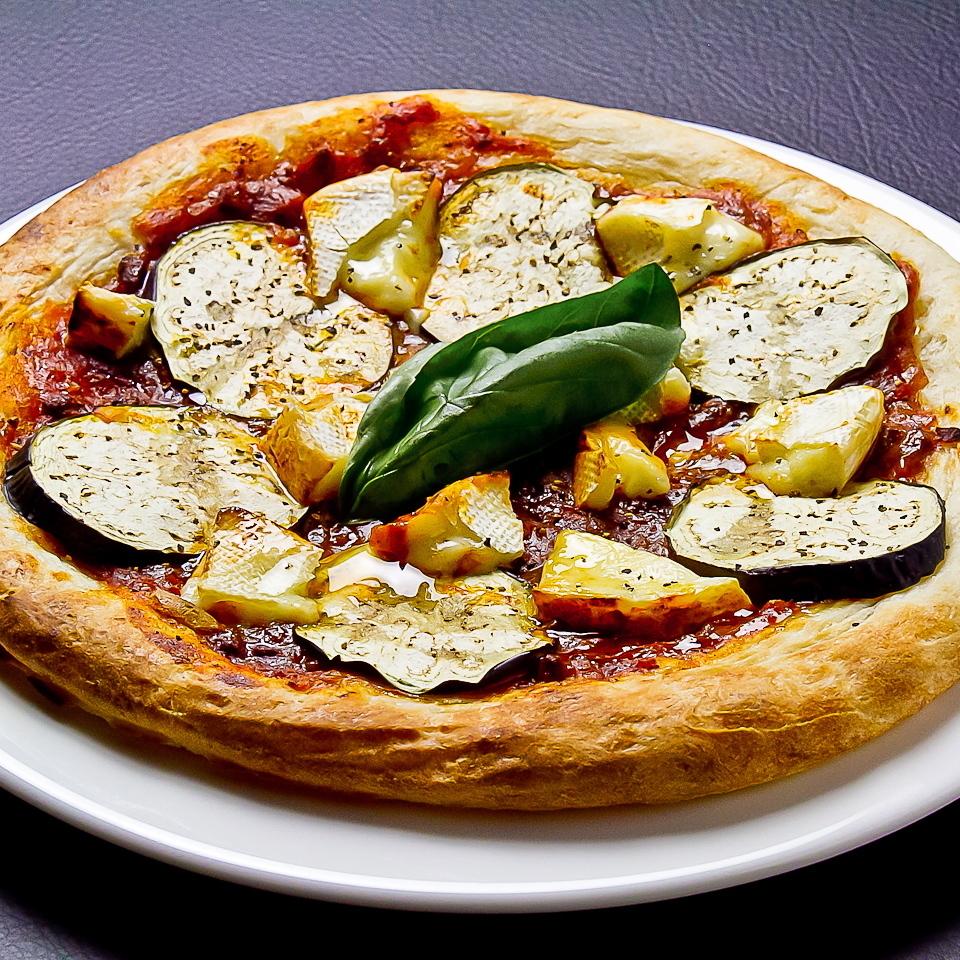 茄子和碎肉卡門培爾奶酪比薩餅