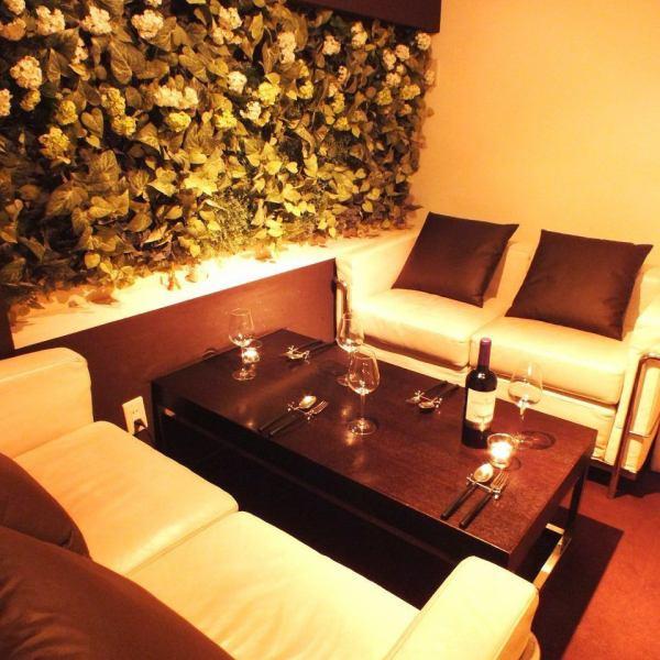 【完全個室】4名様!!完全プライベート空間のオシャレなソファー個室!デートや、女子会、誕生日会などにピッタリ♪大変人気のお席になっておりますので早めのご予約がおすすめ!