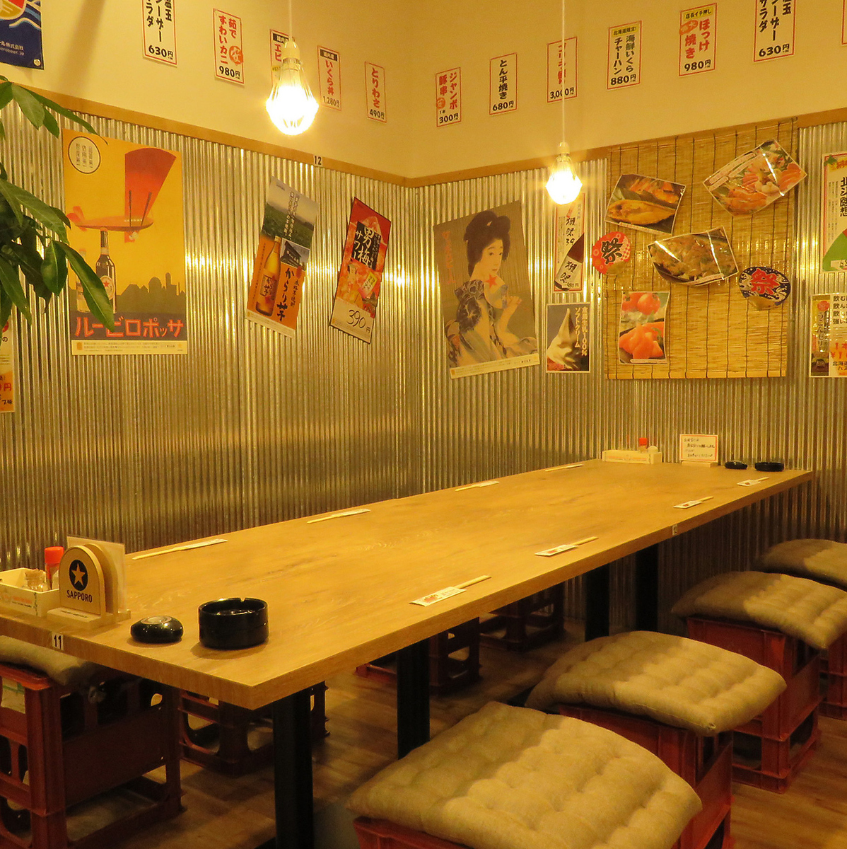 A table seat with a retro atmosphere is perfect for a drinking party with your friends!