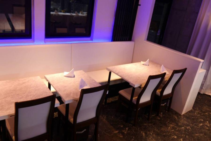 【ソファーテーブル席4名様×3席】ゆったりとご利用できる開放感のあるお席となっております☆席をつなげて12名様までの予約も随時受け付けておりますので、お気軽にご連絡ください♪