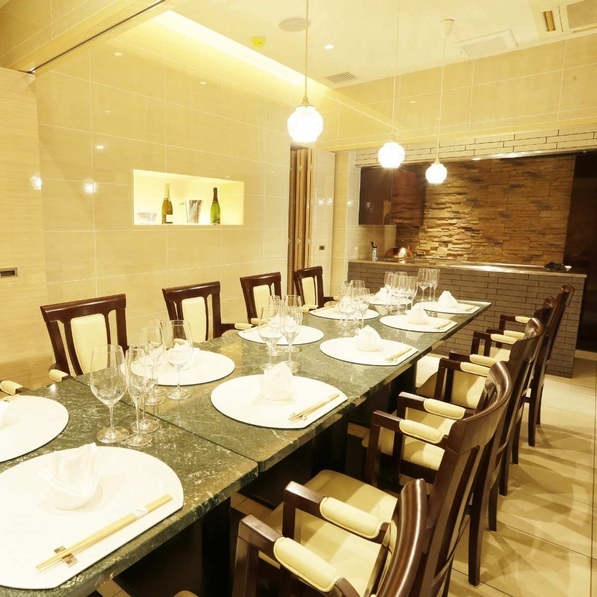Private room 【Ran】 (5 to 12 people) Our chef will cook in front of you.Please do not hesitate to bring out a splendid flame that stands up when you bake meat.※ It may not be possible to bake in front of you depending on the situation of the reservation.Please confirm at the time of reservation.