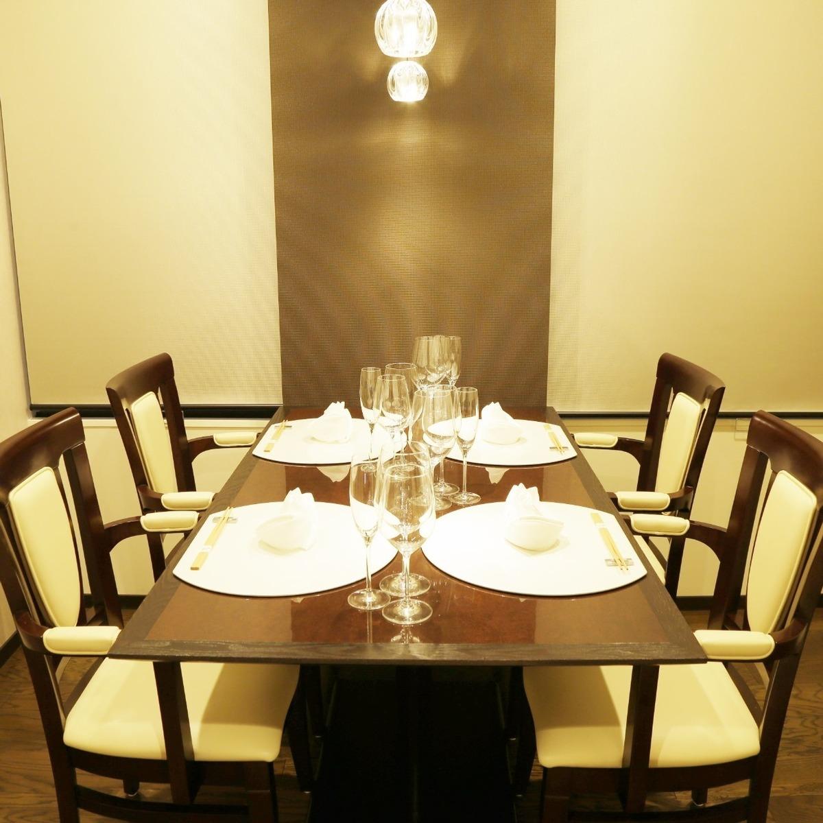 個室【皐】(3名様~4名様)接待、ビジネスの会食に最適落ち着いた照明のなかで周りを気にせずお食事いただけます。チャージ料金はご飲食代金の10%/喫煙可