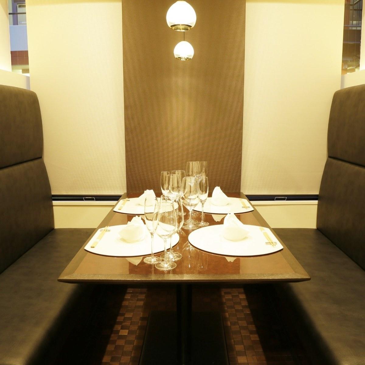 個室【椿】(3名様~4名様)ご友人やご家族との会食に最適ハイバックソファーでフランクなお食事の席に向いてます。4名様向けですが、6名様の場合もご相談くださいませ。