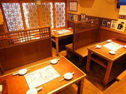 【小宴会に嬉しい間仕切り有♪】テーブルとテーブルの合間に仕切りがあるので、周囲をあまり気にせずお食事を楽しむことができます!!
