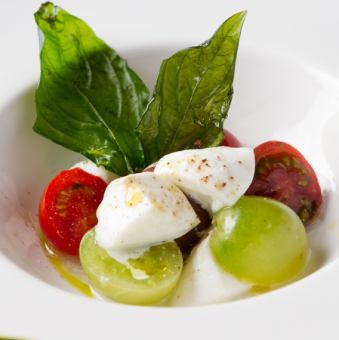 "Four kinds of tomatoes at carefully selected farms and Caprese of Mozzarella ""Buffala"""