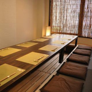 ≪1F≫12名様席、完全個室。会社宴会や接待に是非◎木の温もりを感じる店内で、ゆったりと足を伸ばし寛ぎながら、おいしいお料理を堪能。