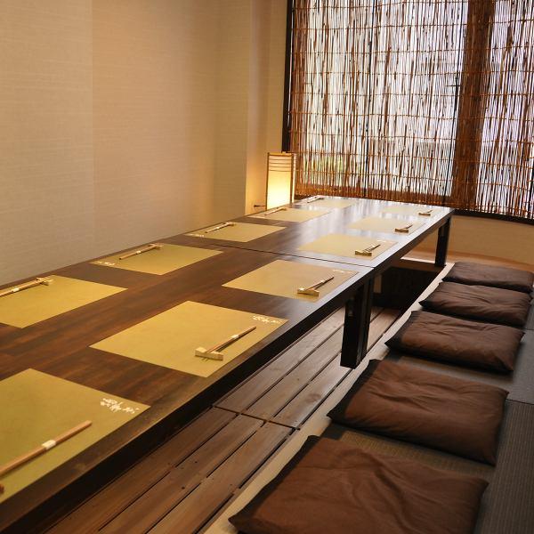 お部屋はごとに雰囲気の違う2名様~12名様用の個室は、合わせて最大約20名様迄お寛ぎ頂けます。大切な方たちと、しっとり上質な時間をお過ごし下さい…。