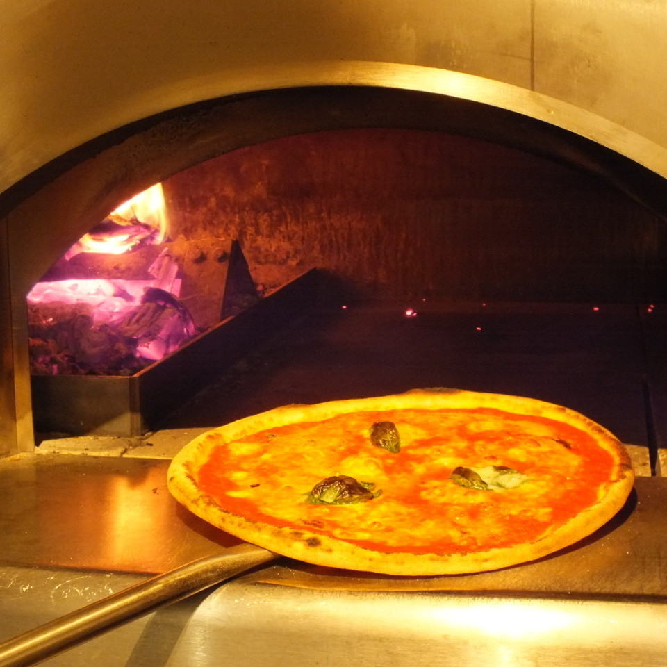 "Burning with firewood?! ""Firewood kiln"" Pizza"