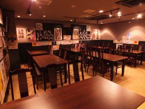 [テーブル席宴会利用(大部屋)]立食形式であれば最大80名でのご利用が可能です。会社やサークルの飲み会、各種イベントごとなどに是非ともご利用下さい。その際はコース料理や飲み放題がオススメです。お気軽にご相談ください。