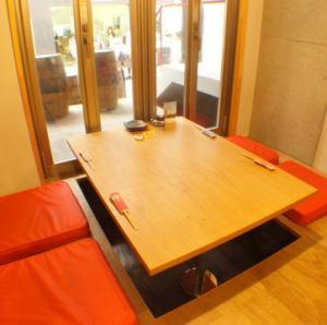 完全個室の一室。この席だけガラス張りになっていて、素敵な空間をお届けしています。