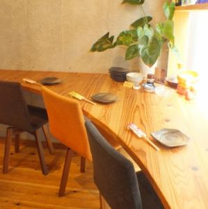 窓際のカウンター席。オープンキッチンの様子も見え、他の席とは離れたところにあるのもポイントです。