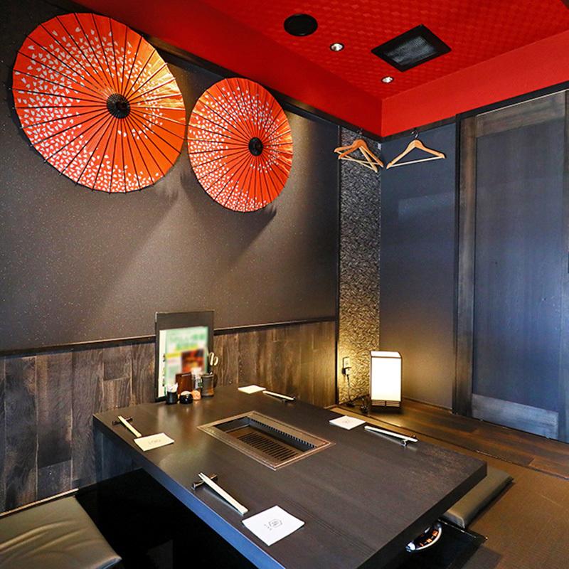 【2階:掘りごたつ席】2階の掘りごたつ席は、京町家風の佇まいでしっとりした雰囲気。壁に飾られた和傘と天井の朱色がお洒落です。(4名様用のテーブルが2卓※お席は2時間制となります。)