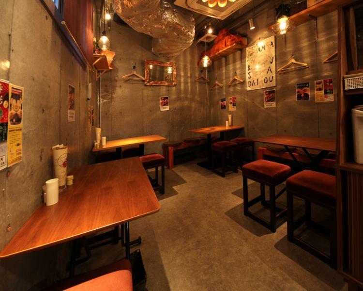 店内の奥にあるテーブル席。仲間内の飲み会にも最適な空間です。
