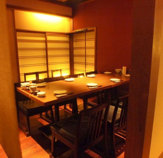 人数に応じ、仕切りで半個室にもできます!4名テーブル席×3の広々ゆったりの小上がりのテーブル席。レイアウトは変更可能なので宴会にも◎