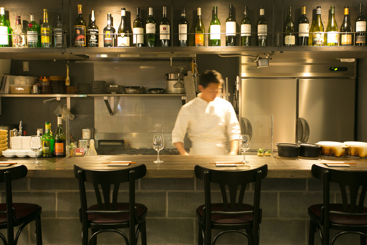Counter seating where you can enjoy chef's cooking in front of you.One person is greatly appreciated!