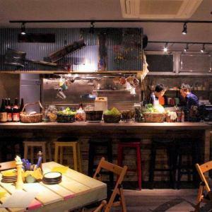 お席はご利用人数に応じて、テーブルをご利用頂けます。キッチンはオープンキッチンとなっているため、どこからでもキッチンの様子を見渡すことができます。お客様とスタッフの距離が近くなるため、自然と笑顔の溢れる店内となっております。