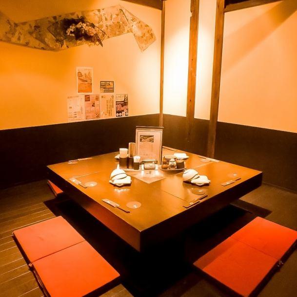 """【2名~40名様までの個室多数ご用意】人数に合わせた個室多数ご用意しています。落ち着いた個室でごゆっくりと宴会をお楽しみ下さい。個室空間で月のあかりに包まれた様な和空間を演出。個室は2名様~OK!飲み放題は種類が豊富。人気料理のとろ~りチーズ入りつくねをはじめ、様々なお料理が味わえる個室居酒屋です。"""""""