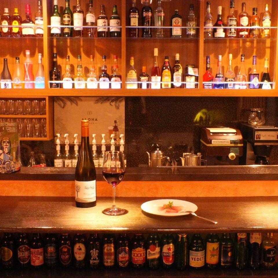 在柜台座位的后面,有一排各种各样的酒。你可能会第一眼看到标签,或者你会爱上你名字的共鸣。请今晚找伴随...♪