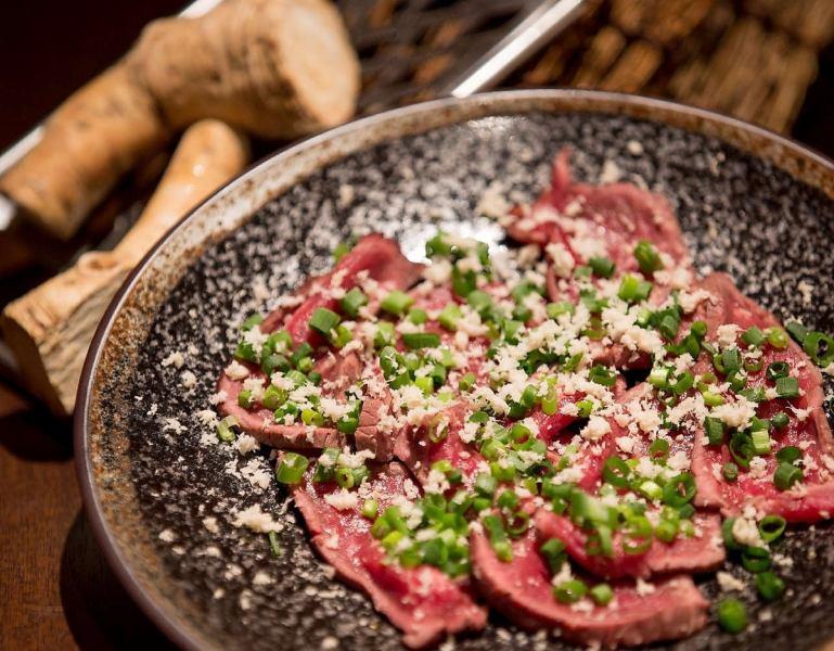 北海道牛烤牛肉的生牛肉片山芥末懸崖