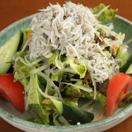湘南水壶炒虾和蔬菜沙拉