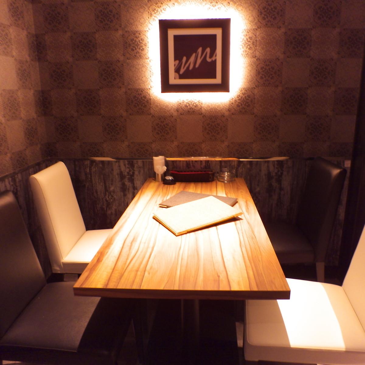 他フロアとは隔離された特別室。大切な方、特別なお客様の為に使うならこのお部屋。他の2部屋との仕切りを外せば15名様程度の収容が可能なプライベート空間にもなります。※ルームチャージ料お一人様500円頂戴しております。