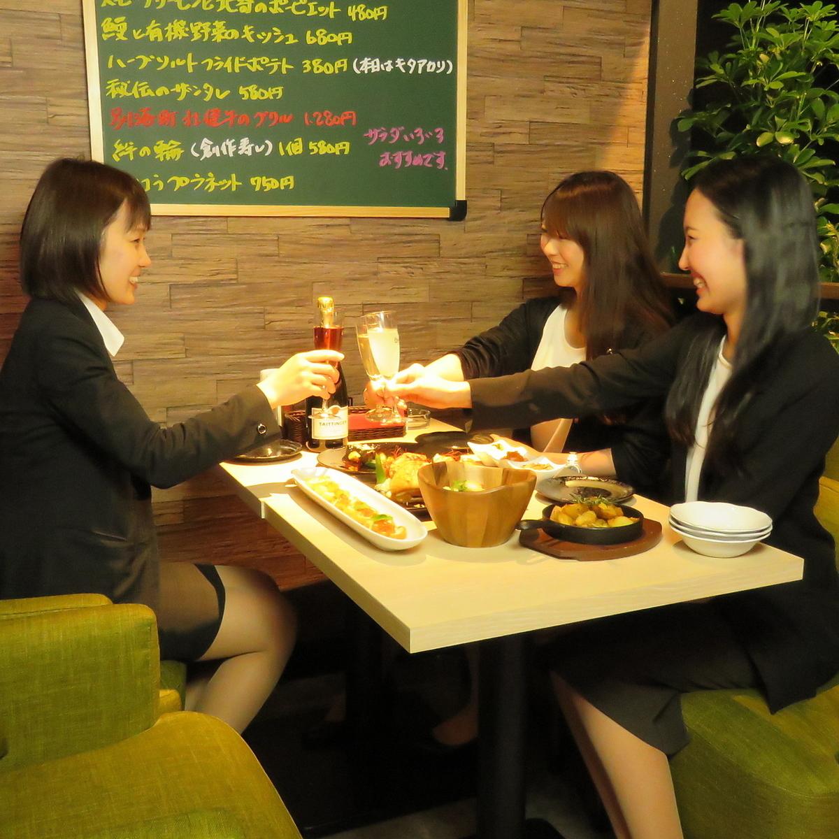 ゆったり寛ぎいただけるテーブル席♪女子会ならではの長時間トークにもってこいなゆったりとしたお席です。女子会限定コースメニューやクーポンご利用で格安に!クーポンページと併せてご覧ください。
