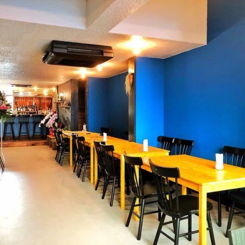 ブルーとブラウンの色調の内装☆4名席(テーブル)充実☆