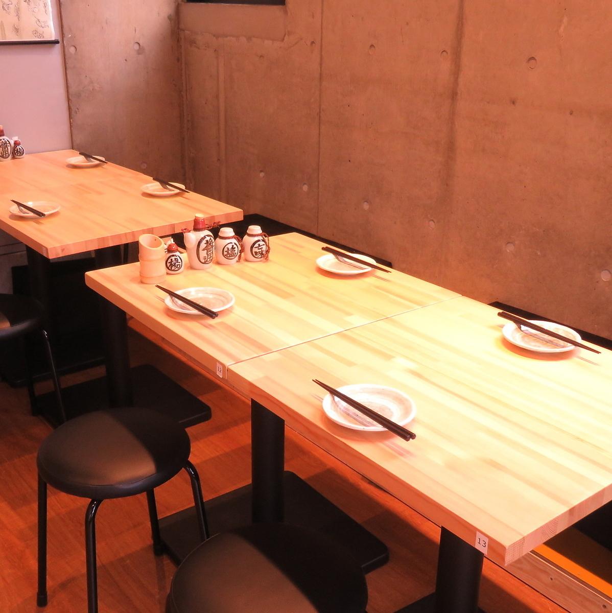 다양한 용도로 이용할 수있는 테이블 석.테이블을 繋げれ 경우 10 명 이상 손님도 대응 가능합니다 ◎
