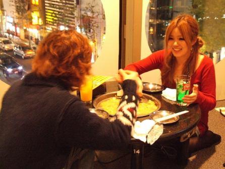 小テーブルはカップルでも気兼ねなく楽しめるサイズでゆったりくつろげます。