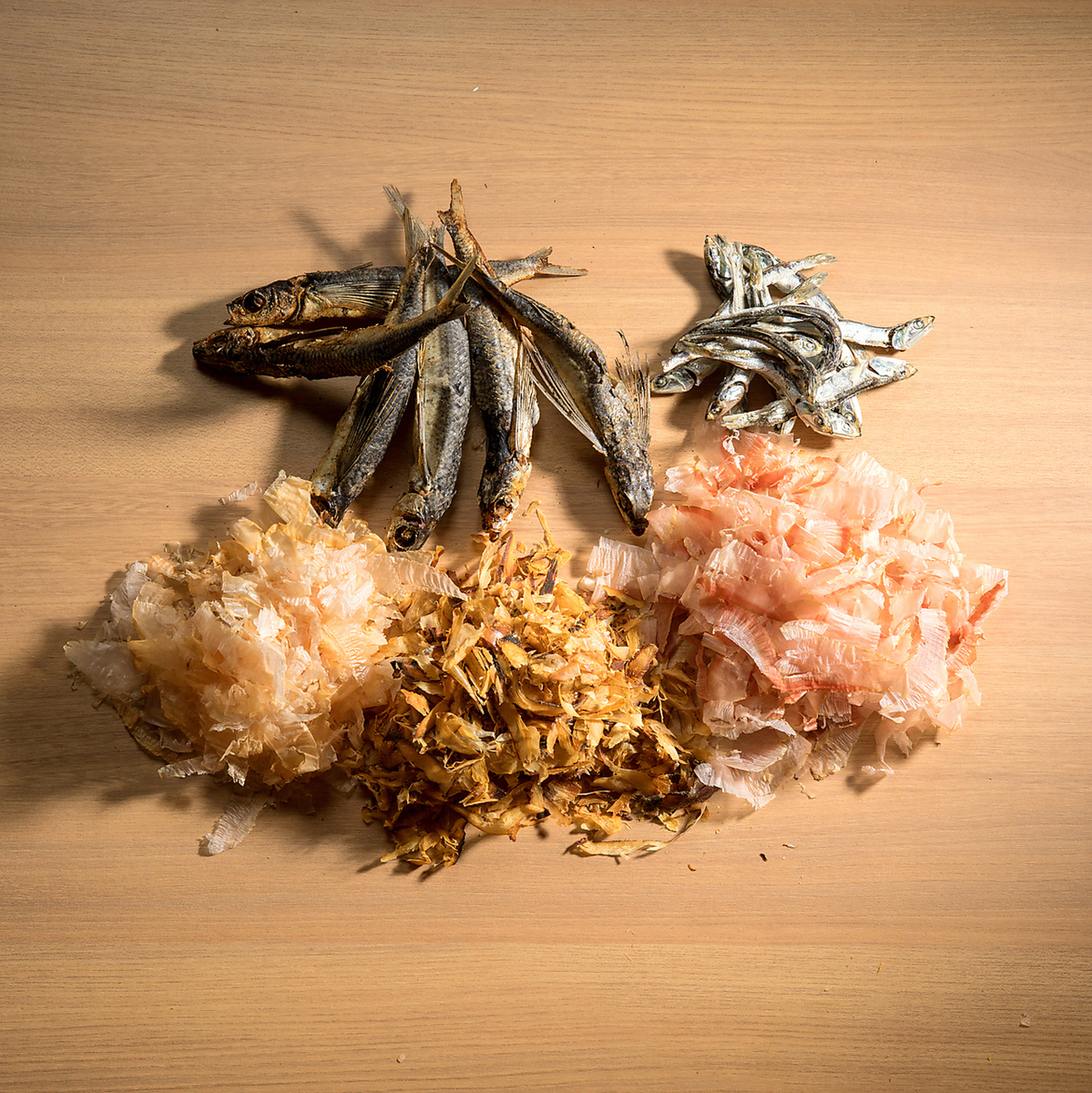 数種類の削り節と昆布の出汁