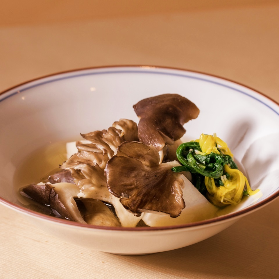 Makibuchi beach's ginkgo and bonito pepper sauce Served with seasonal vegetables cooked with soup jaw soup