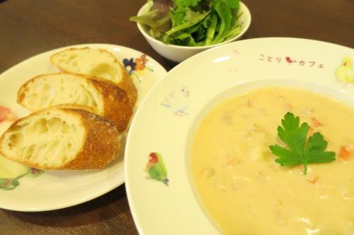 クラムチャウダー ※スープ、バゲット、サラダのセットです。