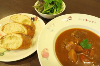 ボルシチ ※スープ、バゲット、サラダのセットです。