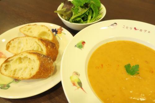 ズワイガニのビスク ※スープ、バゲット、サラダのセットです。