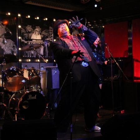 ☆男性☆黒人シンガーの迫力のステージで踊って楽しんで♪飲み放題120分 4000円⇒2800円!!