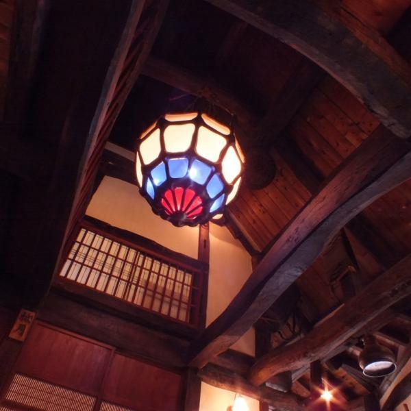 高い吹き抜けのエントランスは、合掌造りの天井から下げられたアンティーク風の灯りが印象的。