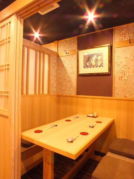 【Complete private room for 3 to 4 people】 A gorgeous shop with woody fragrance and cherry blossom screens decorated.We have a Japanese-style modern private room recommended for entertainment and a private room with a calming atmosphere that makes you feel pleasant without worrying about time.We will prepare the room according to the scene of use of the customer.Please spend relaxingly in the space of a fully-private room that pleases without worrying about the surroundings ...