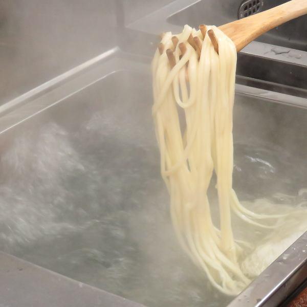 店内につくる自家製麺は、生地を2段階で熟成させ寝かせてから製麺し、15分以上経過した麺は廃棄するほどのこだわり☆ゆでたての麺の旨みを是非ご堪能ください