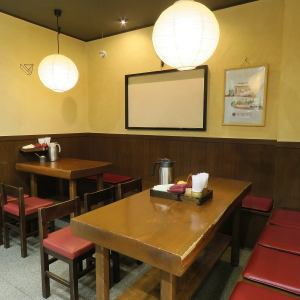 We have a table seating for six for four.Table seats that are easy for small groups and families ♪ Please feel free to use with children ♪