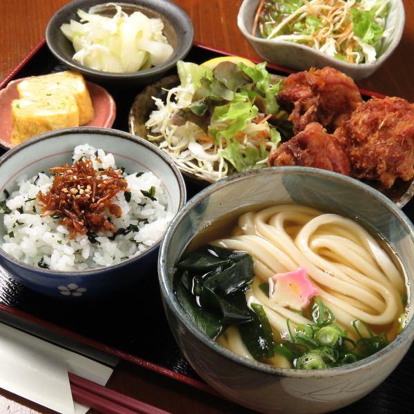 選べる主菜と小鉢におうどん♪色んなものを少しずつ食べたい♪女性人気No1☆【週替わりご飯定食980円】