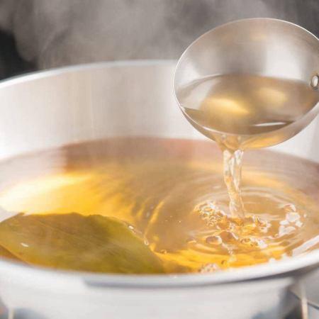 黄金色に透き通るあっさりした出汁!