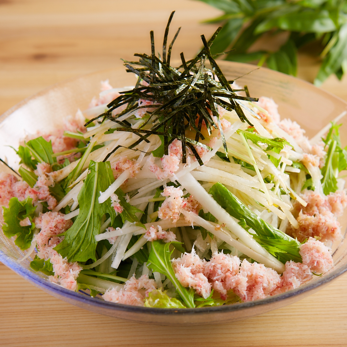 螃蟹內容豐富的蘿蔔沙拉