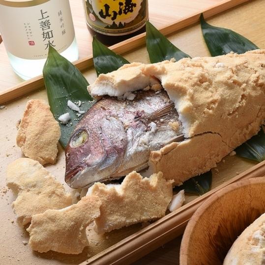 與鹽罐的烤海鯛