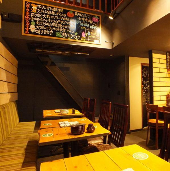 ― 1階のテーブル席は落ち着いた大人の雰囲気!2階はデート、女子会、貸切と様々な利用シーンに対応できます ―