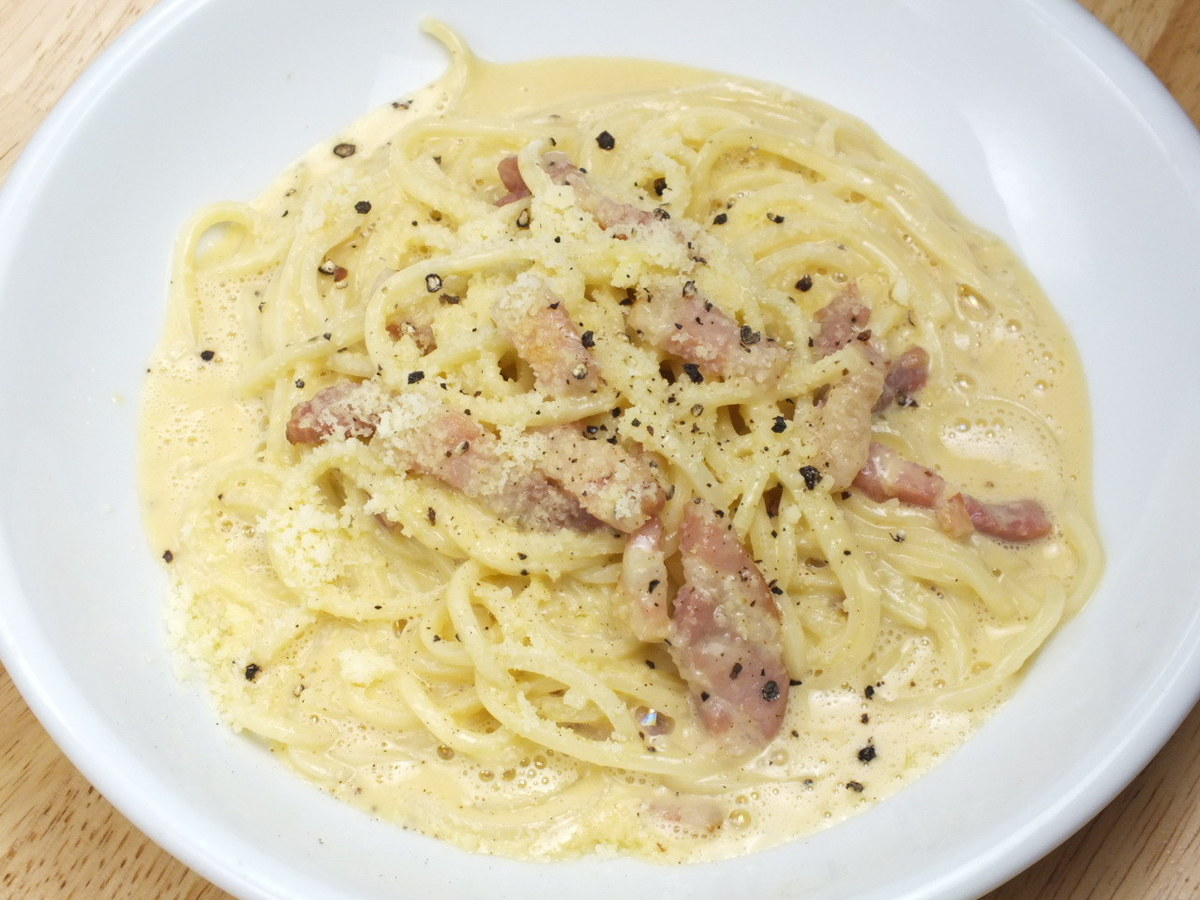 Carbonara (smoked bacon, eggs, cheese sauce and black pepper)